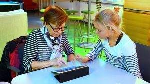 Ung lär äldre om datorer