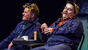 """Backlund (Kaj Korkea-Aho) och Murri (Ted Forsström) tar """"kaffi tå"""" och en """"brunbeta""""."""