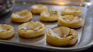 Pizzetta, minipizzor av smördeg och hyvlade jordärtskocka som topping på en silverbricka i Strömsö villans kök