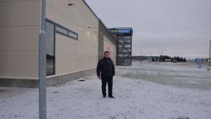 Investeraren Kim Mattson står ungefär där ingången till Aktias kontor i den nya tillbyggnaden kommer att vara