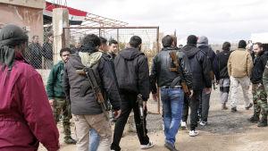 President Assads ställning har stärkts sedan rebellerna drevs ut från östra Aleppo förra månaden. Här överlåter besegrade rebeller sina vapen åt armén nära Damaskus