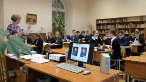Årskurs tio i en skola i Sankt Petersburg får undervisning i rysk litteratur.