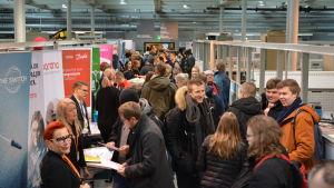 Företagen presenterade sig för studerande under sommarjobbsträffen på Technobothnia i Vasa.