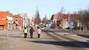 Tre män går längs med huvudgatan i Närpes.