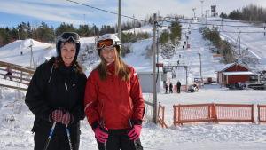 Janina Valkola och Janina Thors står bredvid varandra med Öjberget i bakgrunden.