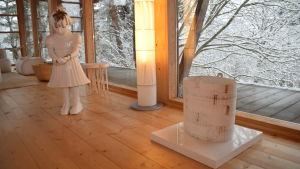 Hemma hos Karin Widnäs i Fiskars finns en skulptur av Kim Simonsson, en lampa gjort av Camilla Moberg och en korg av Kati Tuominen-Niittylä.