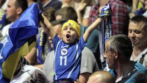 Ung supporter stöder Bosnien och Hercegovina i handboll.