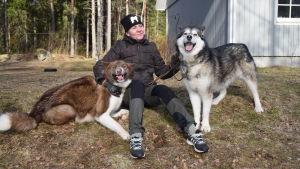 En kvinna med två hundar.