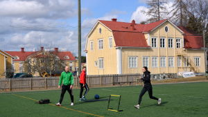 Träning i häcklöpning vid Folkhälsan utbildning i Norrvalla.