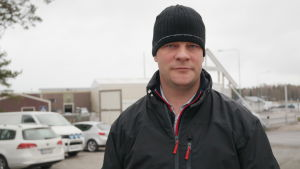 Wilhelm Liljeqvist framför familjens fiskfabrik i Kasnäs