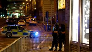 Polisbilar och poliser i gatubilden i Manchester.