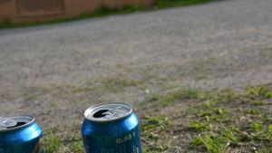 Ölburkar på ett grusfält