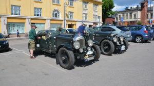Två gamla Bentley bilar parkerade på Borgå torg.