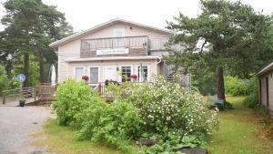 Ett rosafärgat trähus i Hangö som heter Aurorahemmet.