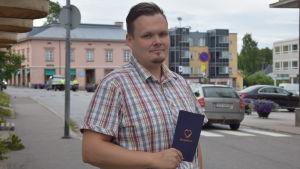 En man i rutig skjorta som heter Roland Himmelroos.
