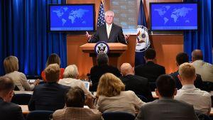 Utrikesminister Rex Tillerson håller presskonferens.