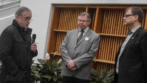Hans Frantz ställer en fråga till Statsminister Juha Sipilä