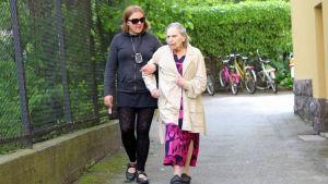 Jenni Klippa tar en promenad med Ragni Enlund