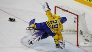 William Nylander hoppar på Henrik Lundqvist.