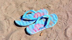 Sandaler på strand