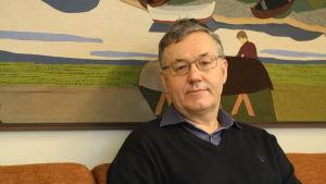 Hans-Erik Lindqvist sitter på sitt kontor i Närpes.