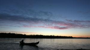 Kalastaja veneess'ä Muonionjoella