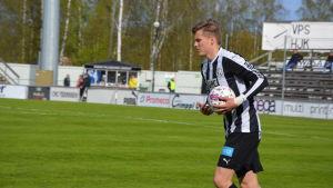 VPS-försvararen Mikko Viitikko med bollen.