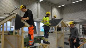 studerande på bygglinjen i Axxell i Pargas.