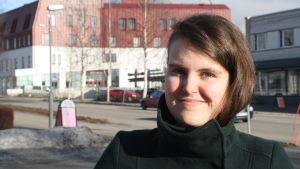 Emma Nybjörk ler mot kameran.