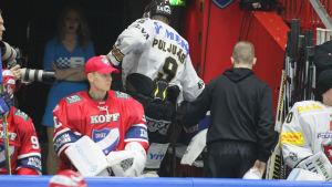 Jesse Puljujärvi lämnade seriefinalen efter en tackling.