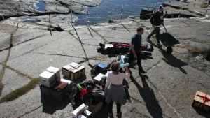 Saksalainen radioamatööriryhmä roudaa varusteitaan Märket majakalle