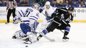 Frederik Andersen i duell med Nikita Kutjerov på slutrakan i NHL-grundserien.