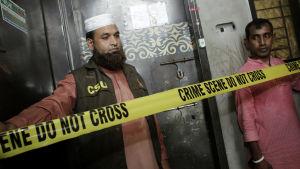 Niloy Chakrabarty Neel dödades i sin lägenhet i Dhaka. Polisen har spärrat av lägenheten.