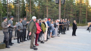 Esemblet tackas efter pjäsen Okänd soldat i Harpaskog.