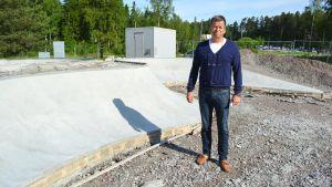 Chefen för idrottstjänster Per Högström vid den halvfärdiga skateparken i Kokon.