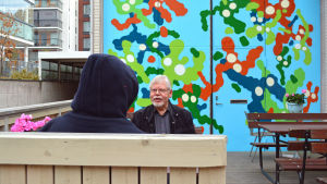 Graffitikonstnären EGS och Leif Wikholm från bostadsbolaget som beställde väggmålningen.