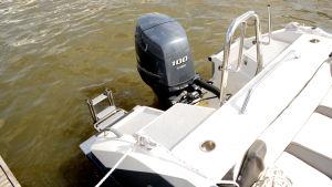 En Yamaha utombordare med effekt på 100 hästkrafter på en Buster-båt.
