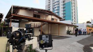 Reportrar och polis samlas utanför en lagerlokal som tillhör Mossack Fonseca i Panama den 22.4.2016 under en razzia i lokalen.