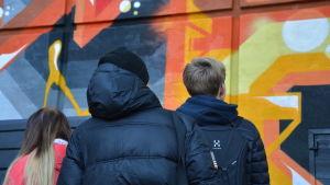Ungdomar vid en av Åbos nya väggmålningar.