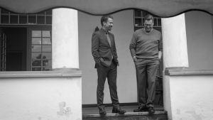 Samuli Edelmann ja Tommi Eronen nauravat Presidentin kuvauksissa.