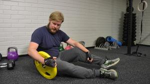 Viktor Andersson har ryggradsreumatism men kan leva ett normalt liv tack vare biologiska läkemedel.