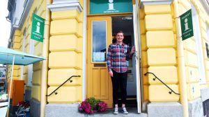 Dennis Lindroos är sommarjobbare på Raseborgs turistbyrå.