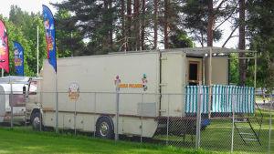 Sirkus Finlandian kuorma-autoon rakennettu sauna.