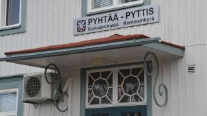 En skylt med Pyttis ovanför dörren till Kommunbyrån