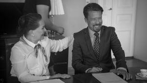 Rea Mauranen ja Tommi Eronen nauravat Presidentti-sarjan kuvauksissa.
