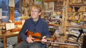 Violinbyggare Leif Kronqvist i verkstaden