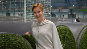 Vd Kaisa-Leena Ahlroth vid Botnia hallens nya konstgräsrullar.