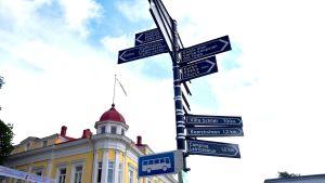 Turistinformationsskyltar på Ekenäs torg.