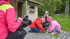 Anki Virkama och Hanna Enlund provfilmar med barn.