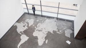 Map (clear), 2015, glaskulor. Hatoums världskarta är oftast förgänglig och farlig att överträda.